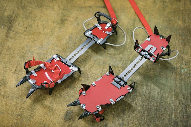 こちらは「クロモリ10P卍セット」というアイゼン。装着が簡単で短時間で行える独自の卍式(ヒールビンディングワイヤー式)を採用