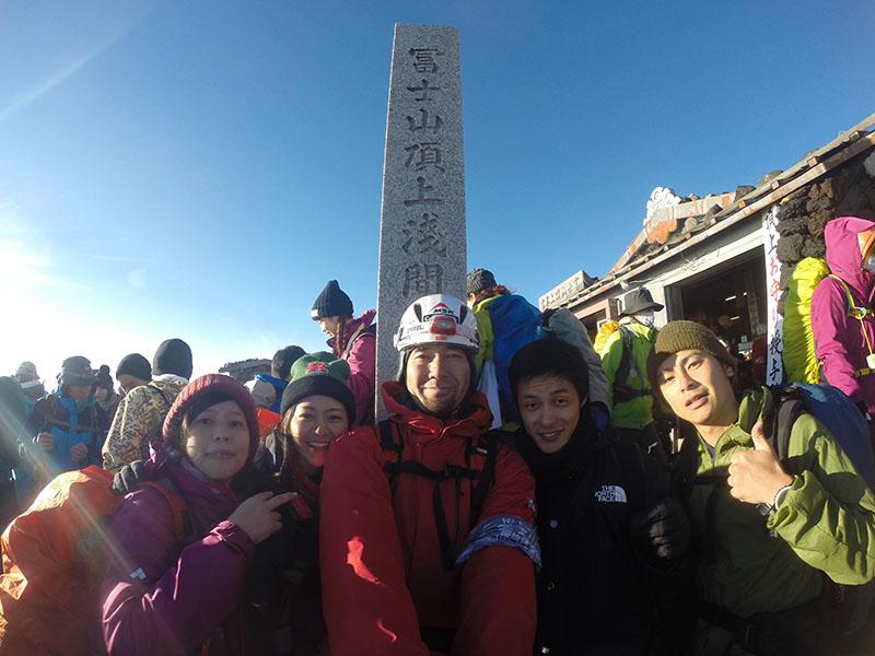 富士山のてっぺんにて、ツアーに参加していたお客さんとパチリ(写真:渡辺さん提供)