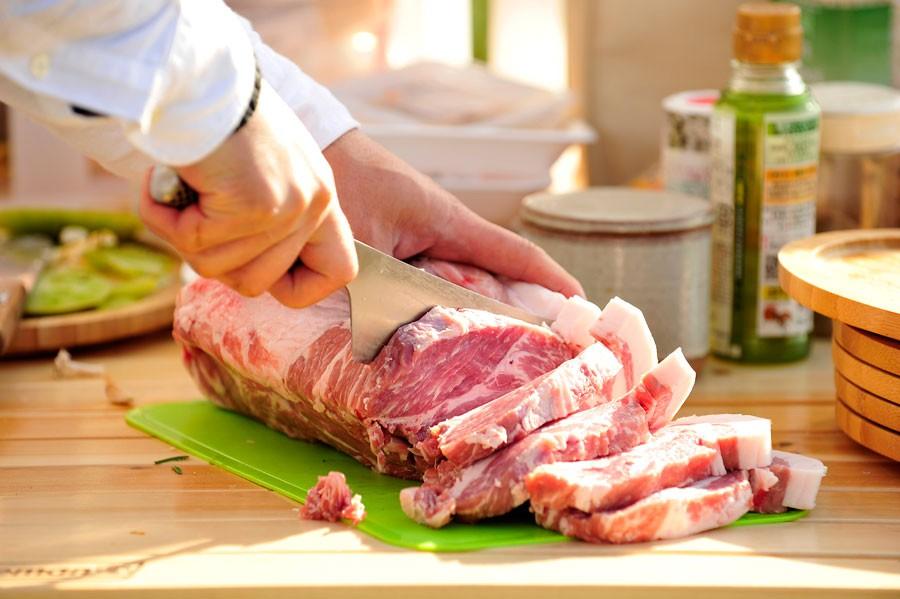 豪快に厚く切られた、厳選された豚肉。