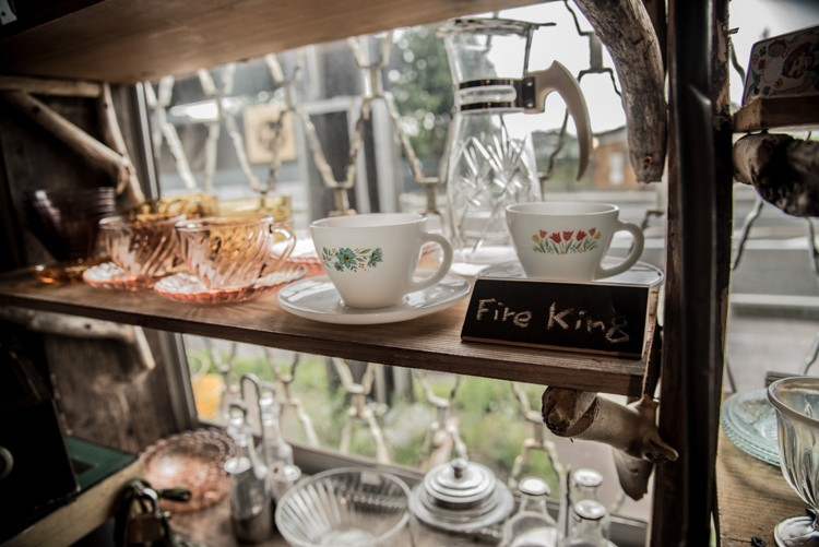店内は、食器ブランドのFire Kingなど選りすぐりの雑貨が所狭しと並ぶ