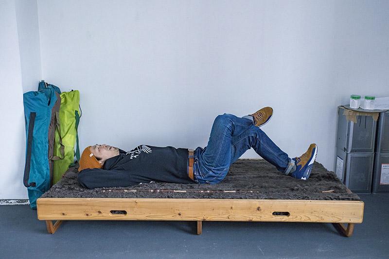 ベッドにも変身する木製のベンチは、寝泊まりする際に大活躍。大石さんの地元 島根県の家具屋さんによるオーダーメイド品