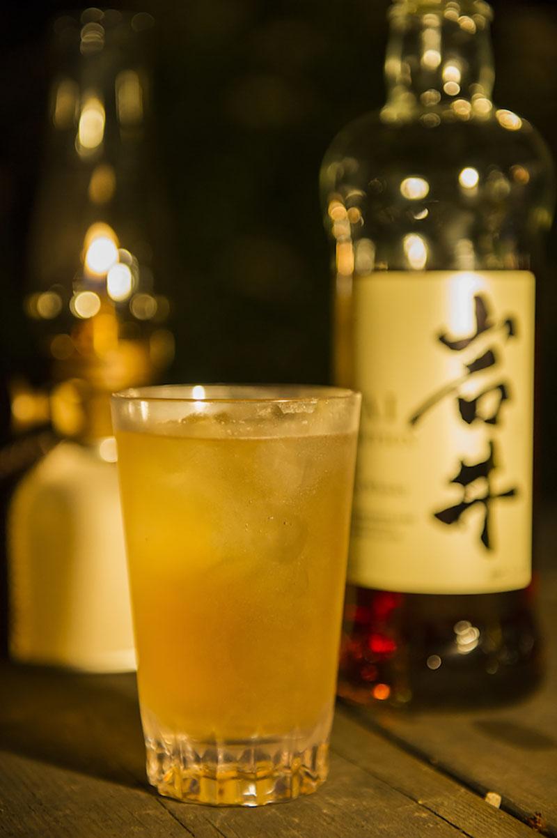 外で飲むときの必需品、落としても割れないプラスティックのグラス。 (写真:蔦野裕)