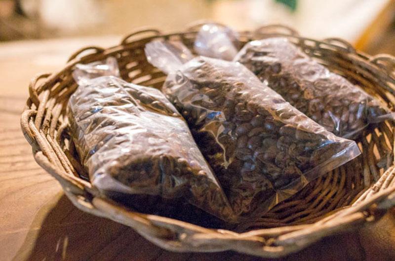 暖炉型ストーブで煎ったフェアトレードコーヒー豆