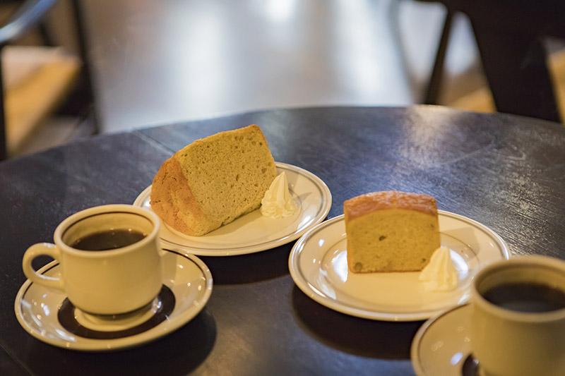 オリジナルケーキは各400円、プラス300円でコーヒーセットもOK。どちらもほんのり甘くておいしかった