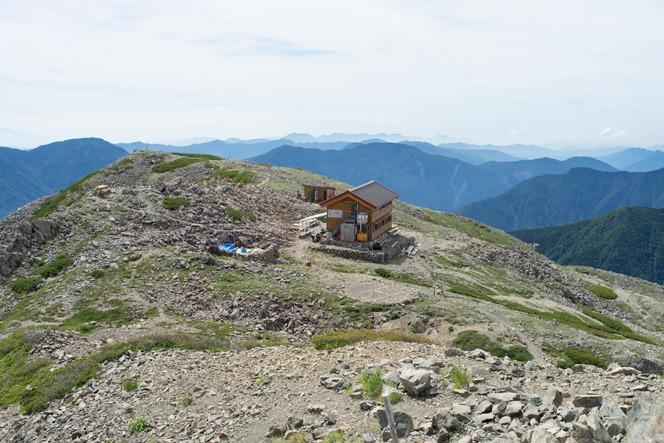 赤石岳頂上直下の赤石避難小屋。丁寧に淹れてもらうコーヒーも絶品