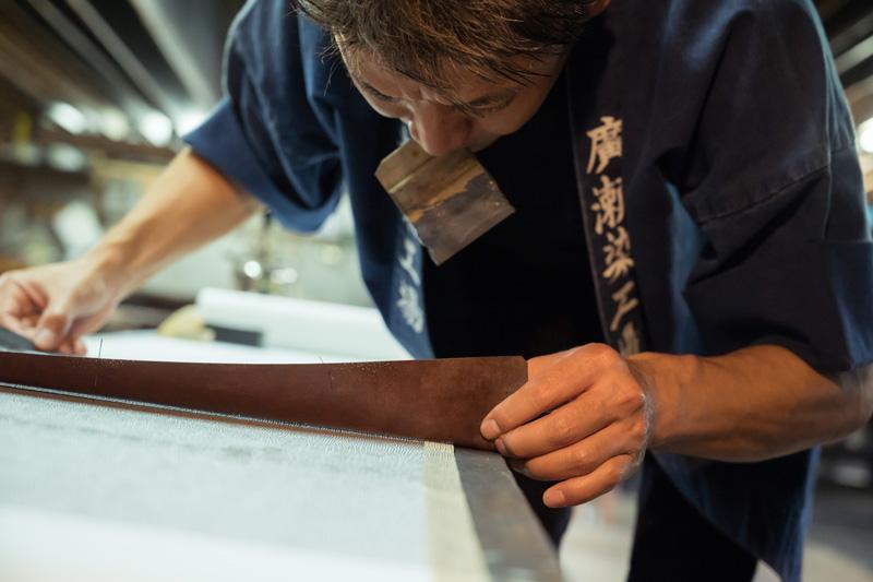 型紙の継ぎ目を確認し、型紙を次のエリアへと移動