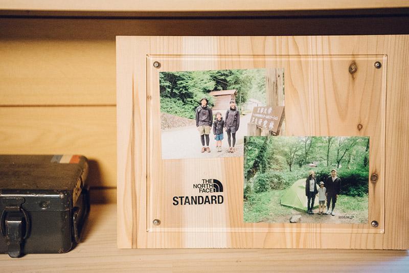 リビングには家族写真も。出掛けた先々で必ず三人で写真を撮るようにしているそう