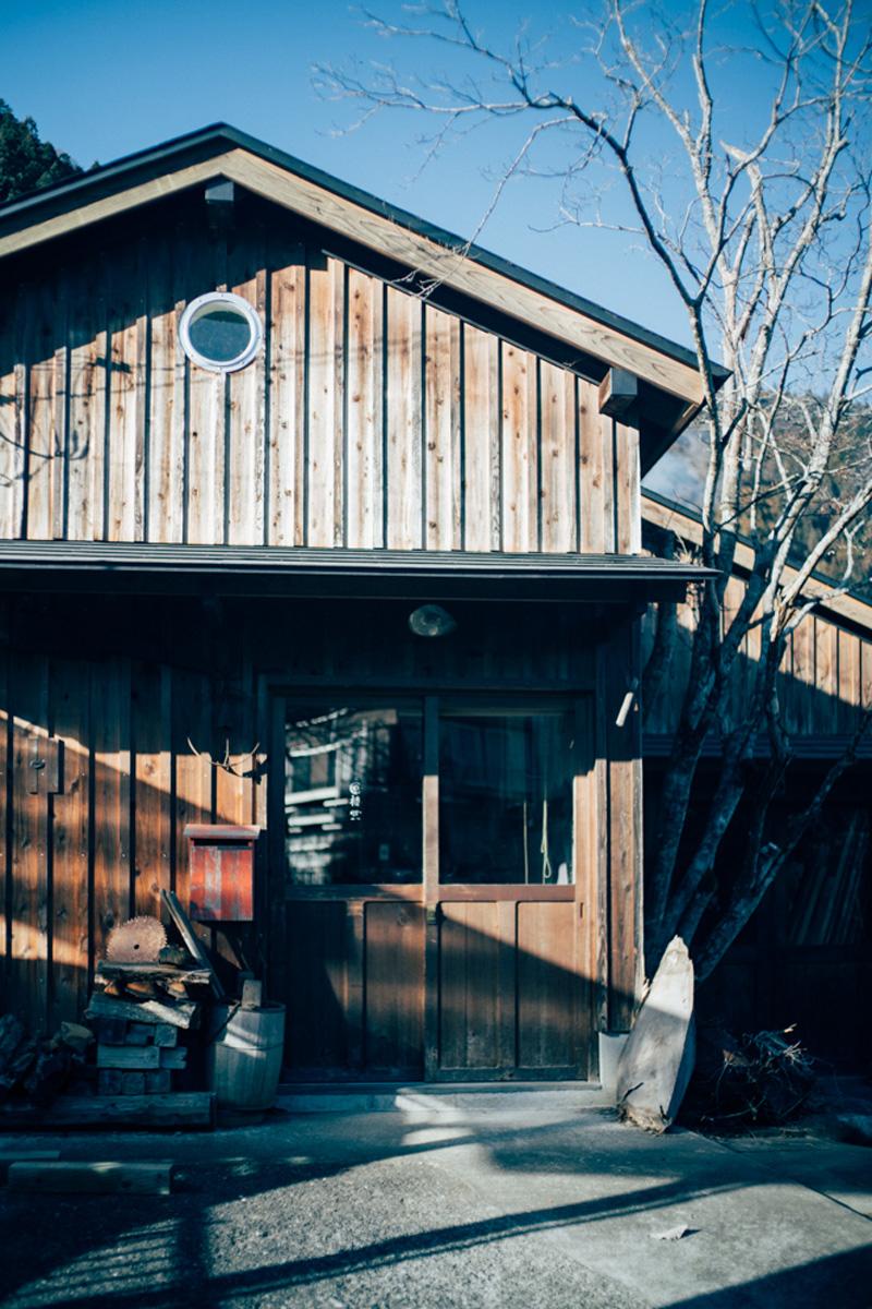 工房は、こだわり抜かれた建築。隣には妻と3人の娘と暮らす自宅がある。