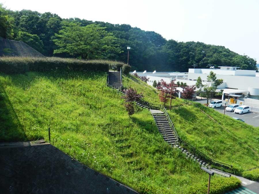 駅からも近くプチトレイルを楽しめる城山公園。 目の前には源泉掛け流しの温泉もあり汗を流すのに最高です
