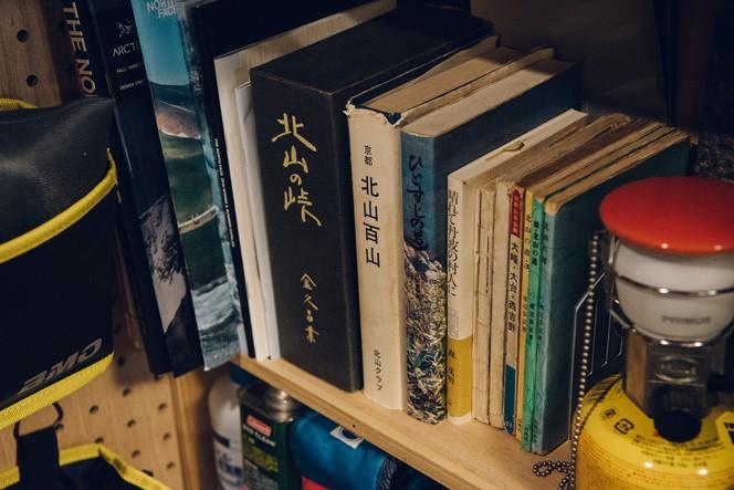 本棚には北山に関する古い文献などがずらり