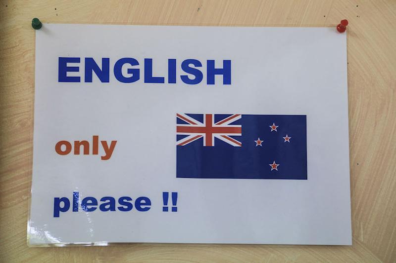 【母国語を話していると「English Please!」と注意が!】