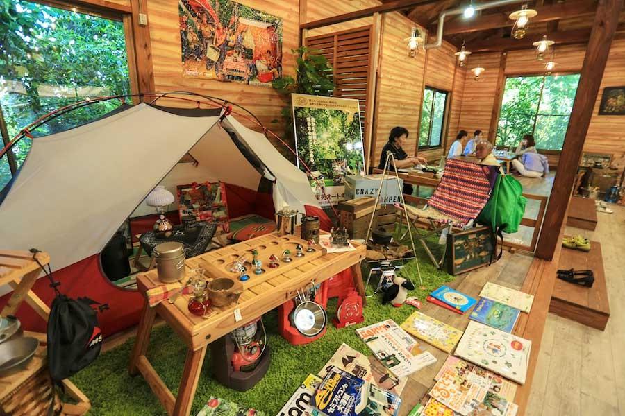 フロアにはキャンプ用品が展示されています