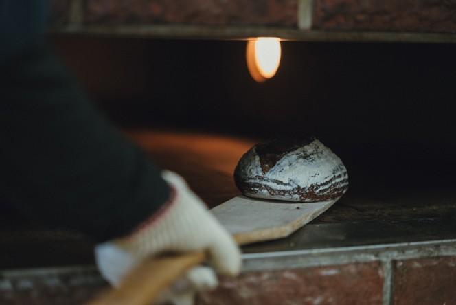 自家製酵母を使った生地作りから溶岩窯での焼成まで手間隙かけて作るパンは、他では味わえないおいしさ