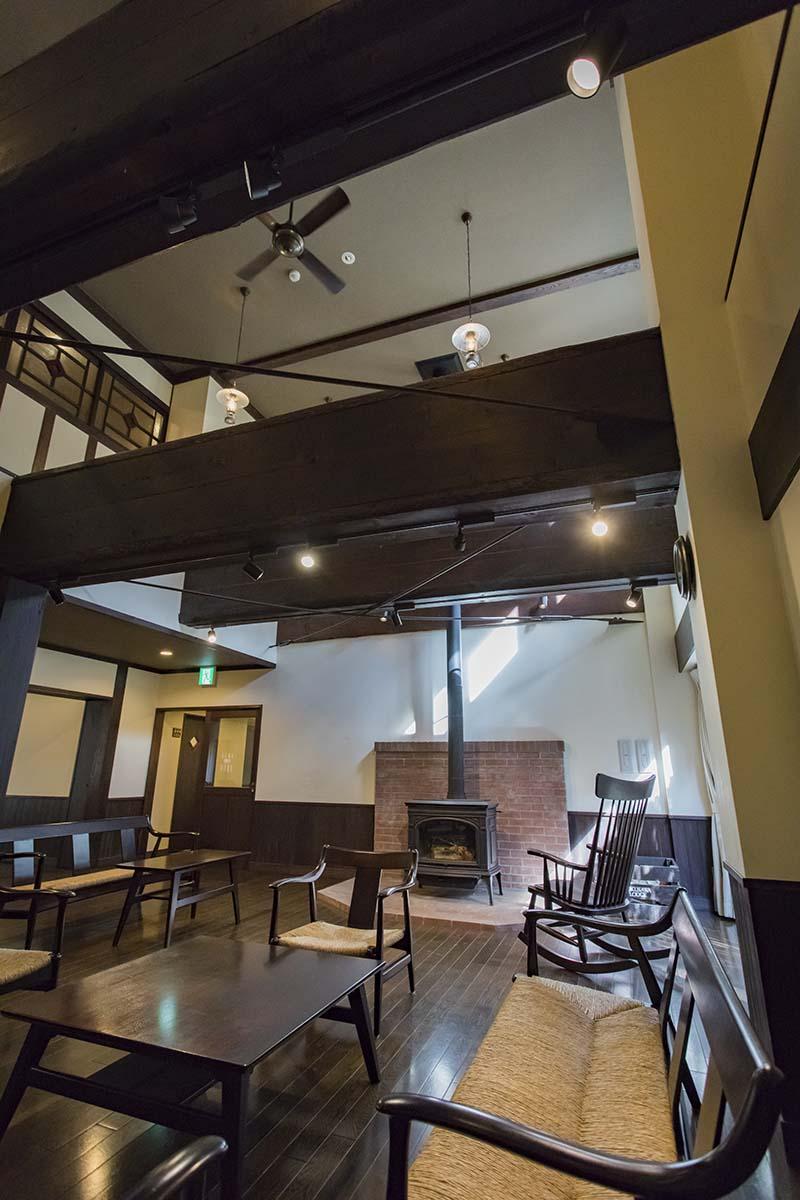 上高地のお膝元・松本市の「松本民芸家具」を採用。シックな空間に、どこか温かみがプラスされている