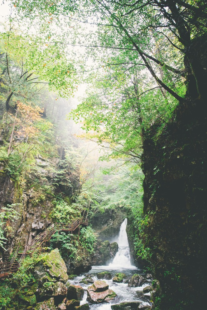 巌立峡に入ってすぐ現れる滝。遊歩道が整備されている地帯だが、谷はここから先奥深く続く