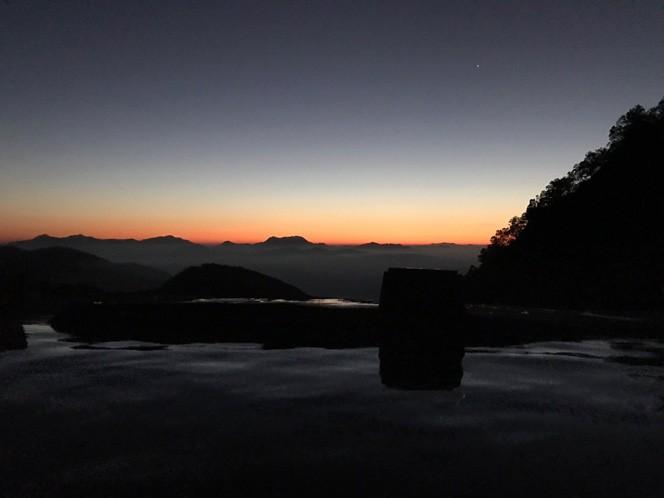 温泉に入りながらのご来光。白馬鑓温泉にて(写真/菅沼さん提供)