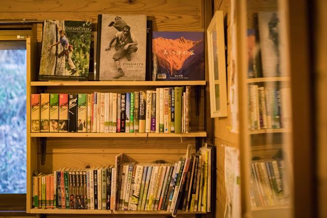 ホールの本棚にはたくさんの写真集や書籍が。写真を見るのが好きなのだそう