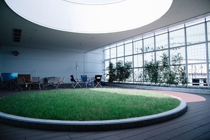 事務所には緑豊かなコミュニケーションスペースがある。家具はもちろんUNIFLAME。社員でBBQをすることも