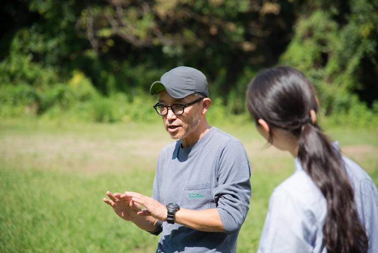 キャンプでは必須のタープの張り方をご紹介!第1回に引き続き、教えてくれたのは寒川一さん。教えを仰ぐのは、プロのフードディレクターでキャンプ初心者のさわのめぐみさん