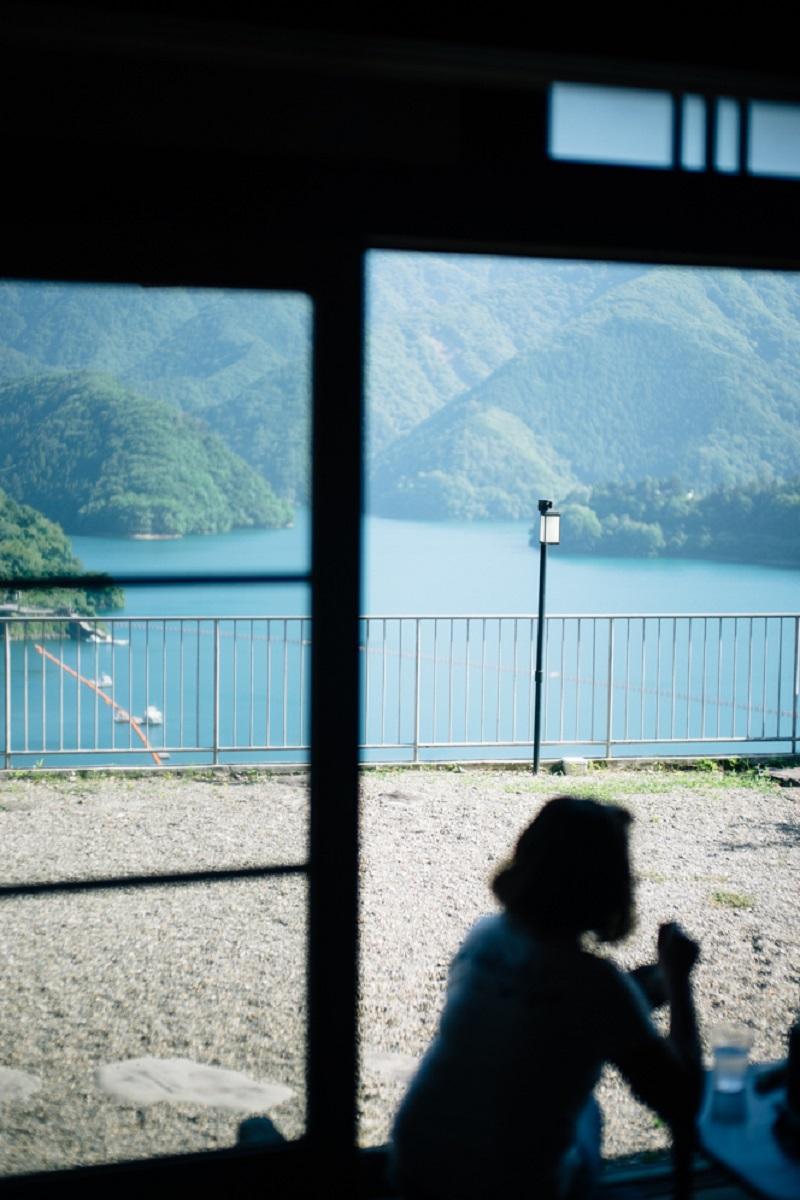 店内からも絶景の奥多摩湖が眼前に広がる。