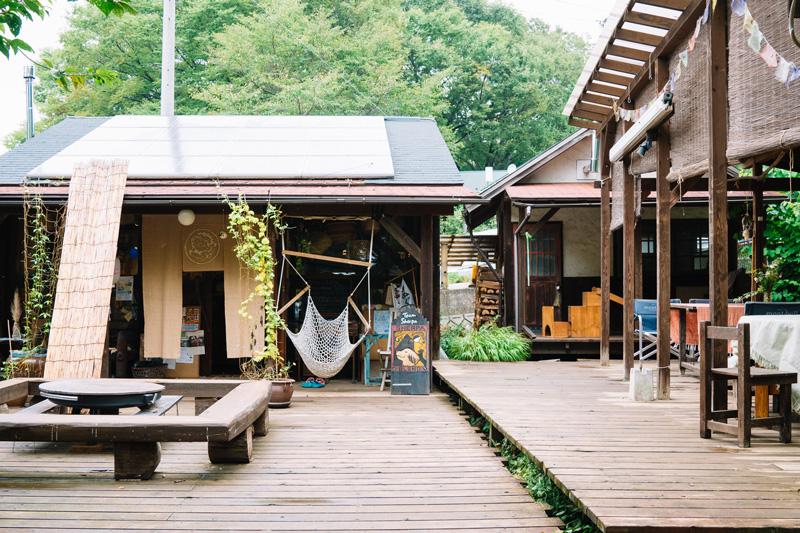 右奥がゲストハウス「旅人小屋」