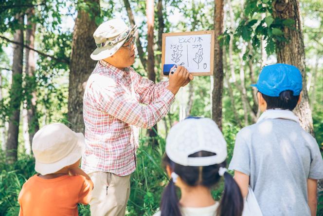 「いきつけの田舎touch」の「八ヶ岳の樹木でオリジナル葉っぱ図鑑作り体験」の様子