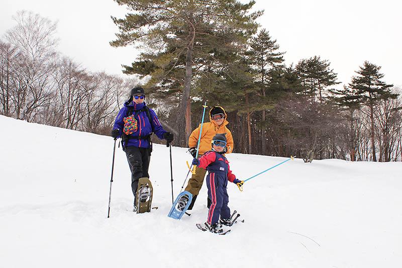 こちらの写真は数年前に家族でスノーシューハイクをしたときのもの。子供たちにはスキーの時と同じ格好をさせました。軽く吹雪いていたのでゴーグルも装着。