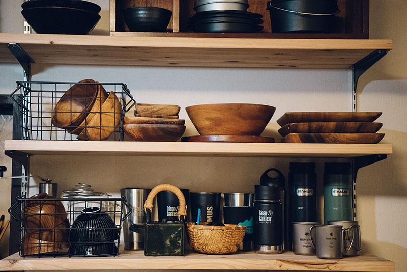 食器棚も「見える」がテーマ。板は廃材を利用。置くものによって高さを変えられるしくみ
