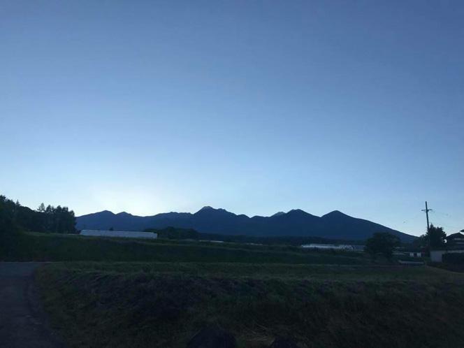 (提供写真)畑から。日の出前の八ヶ岳連峰。