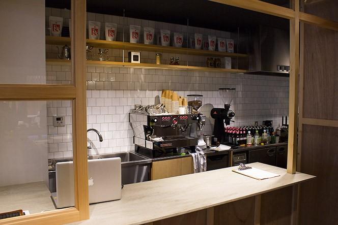 コーヒー&ホットドッグは店内奥のカウンターで注文しましょう!