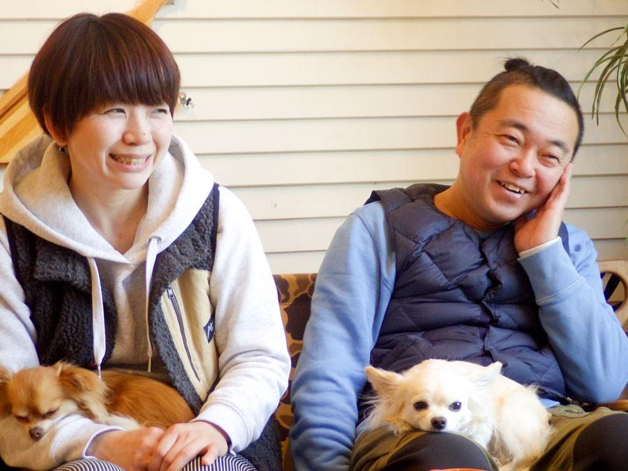 アネゴこと茨木実加さんと、ワカこと茨木一綺さん。そして、一緒にキャンプにも出かける、愛犬のユーべ(左)と、シュシュ