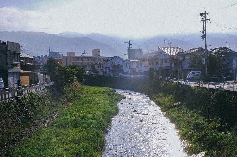 お店の前を流れる女鳥羽川(提供写真)