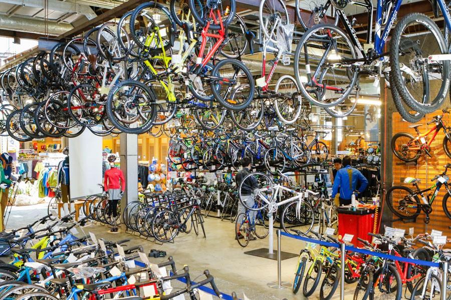 最新のロードバイクからマウンテンバイクなど、数多くのスポーツバイクを取り扱う。無料の試乗会も不定期で実施。店内の広さは900坪もあり、全国のモンベルのなかでは最大級!