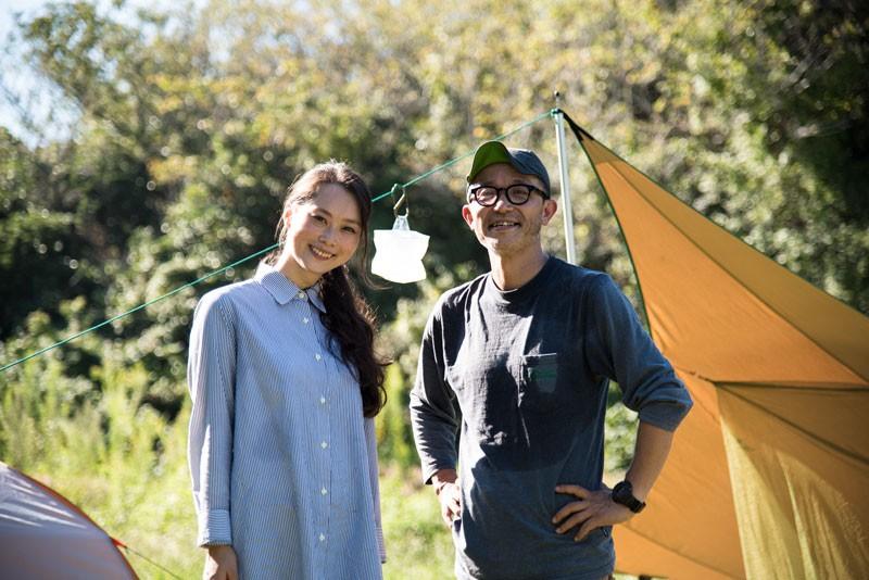 引き続き達人の寒川一さん(右)の指導のもと、キャンプ初心者料理家さわのめぐみさん(左)が覚えます!
