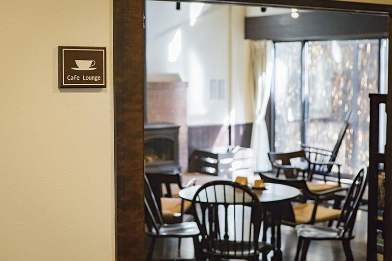 暖炉があり、暖かく居心地のいいカフェラウンジ