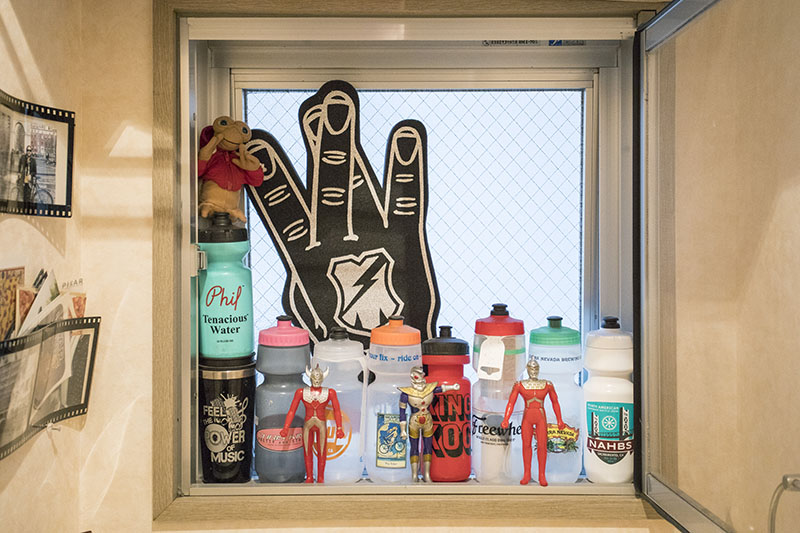 旅先でゲットした、海外のチャリ屋さんのオリジナルボトル。トイレの窓際にディスプレイしている。