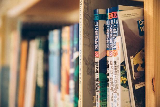共有スペースの本棚には山の本も多く並んでいる