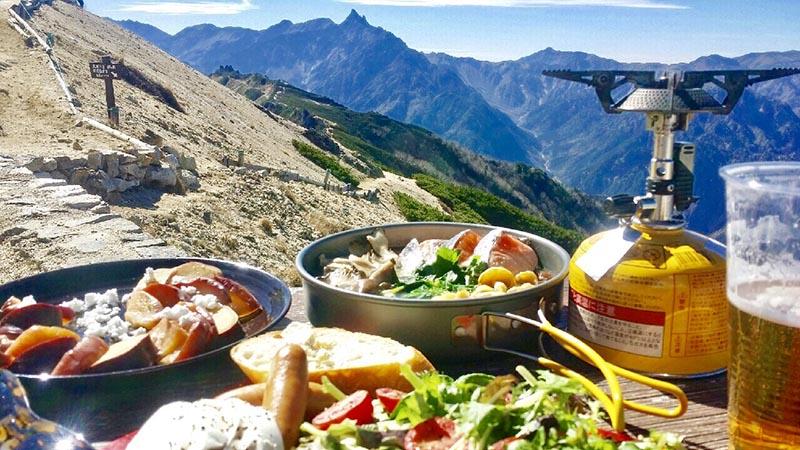 お気に入りの山飯。あたたかい鍋や〆のラーメンは欠かせないそう、麺も乾麺ではなく生麺を持っていくというこだわり(提供:沙彩さん)
