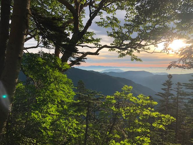 日の出少し前にテント場を出て歩き始める。富士見平の手前で朝日が昇った