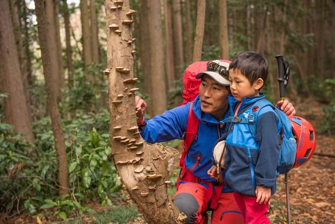 (提供写真)Mt.石井スポーツ 登山学校長 天野和明さんと息子さん