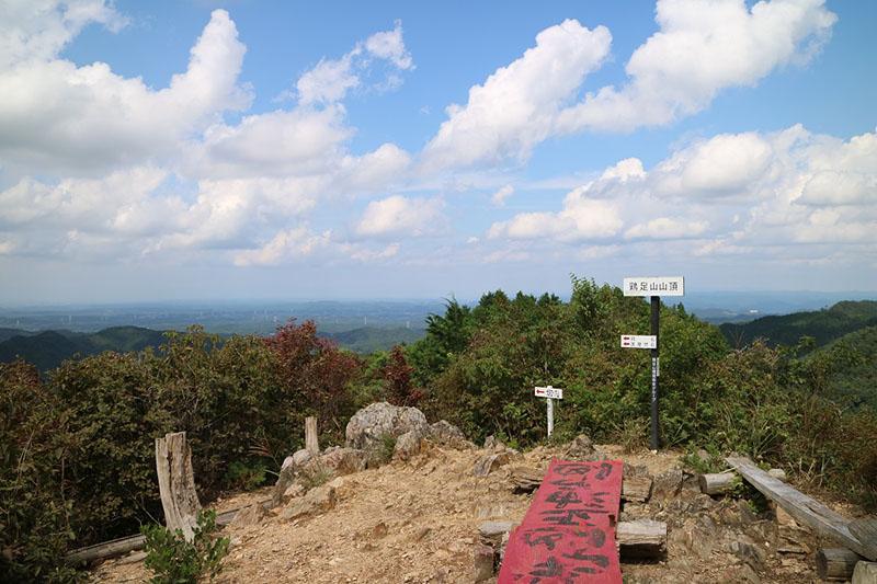 山頂。加藤さんと登った際は曇りだったので、晴れた日の写真を。
