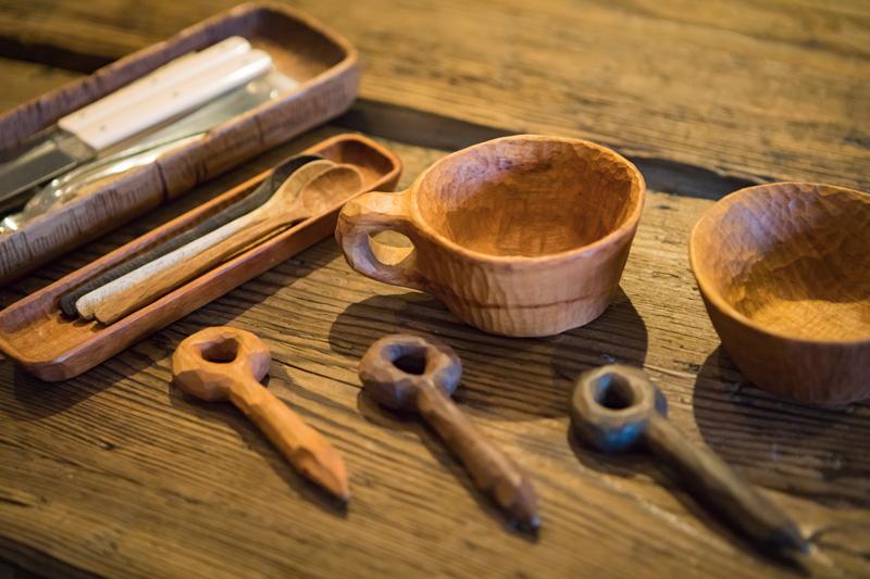カトラリーは、キャンプ仲間でもある木工作家の「Kancraft」羽柴弦さんにお願いして作ってもらったもの。カトラリー置きはpegのロゴマークになっている