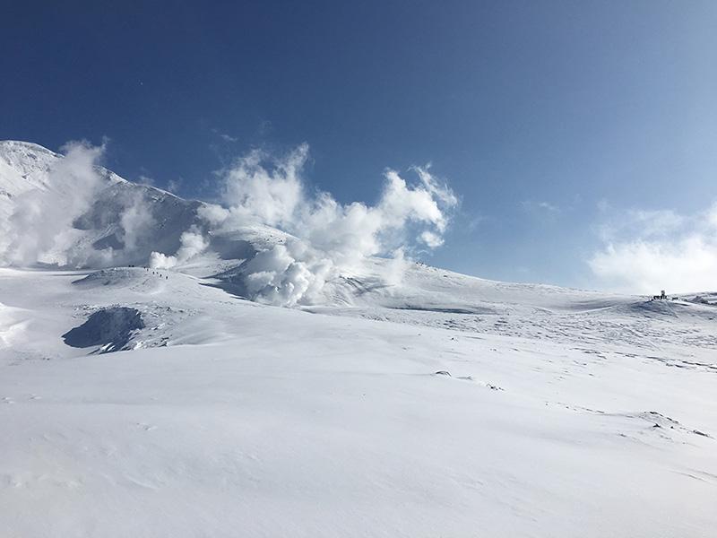 噴気が出ている地獄谷も名所のひとつ。この付近にある天然のバンクはスノーボーダーに人気です。