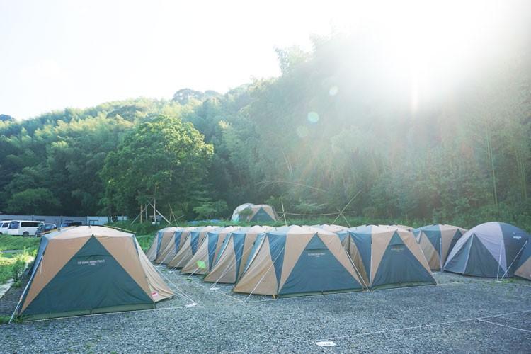 男女別に分かれたキャンプサイト