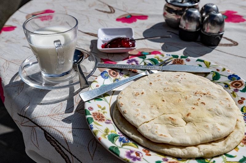 朝食は牛乳とチャパティ(インドの平べったいパン)。