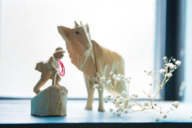 白樺から削って作られたという手彫りの山男は、鈴木ともこさんからの贈り物とのこと