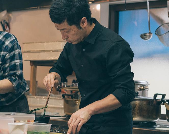 厨房を担う辰野守茂さん