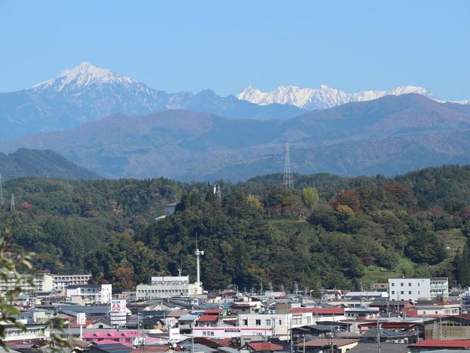 真由美さんの職場駐車場から見える北アルプス。職場からもこの景色が見れると思うと山好きにはたまらない(写真提供:真由美さん)