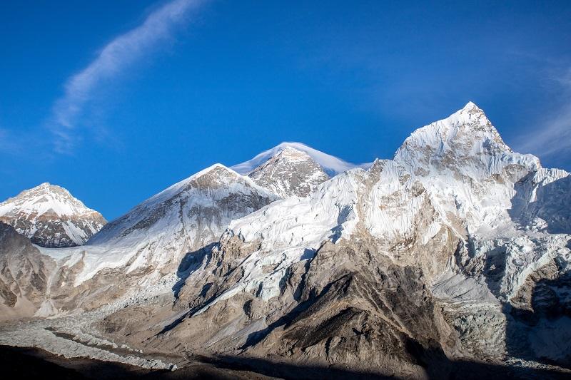 写真中央、エベレストにかかる傘雲