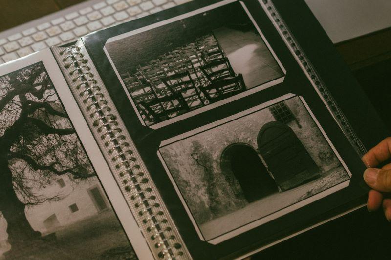 夜の町やバーなどを彷徨うように歩き、写真を撮った